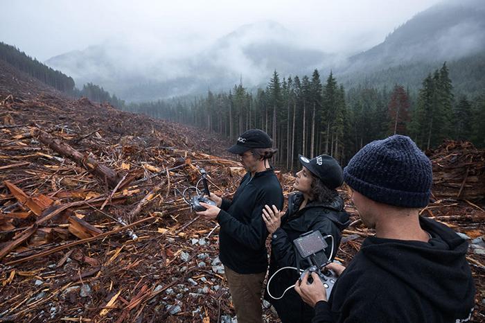 Группа фотографов управляют дроном на месте вырубки леса в Порт Ренфрю, остров Ванкувер, Канада. 2018 год.