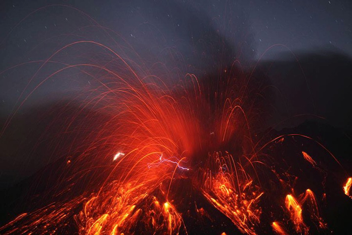 Вулкан Сакурадзима: извержение с молниями.