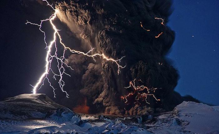 Пепел и молнии над исландским вулканом Эйафлатлайокудль.