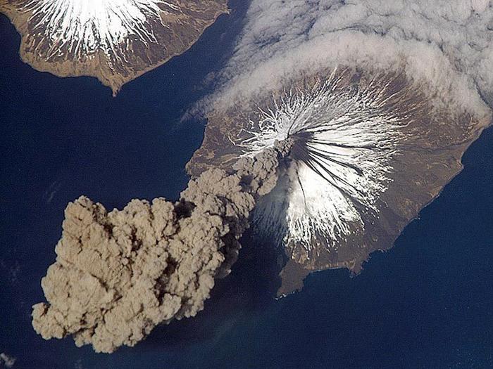 Извержение вулкана на Аляске.