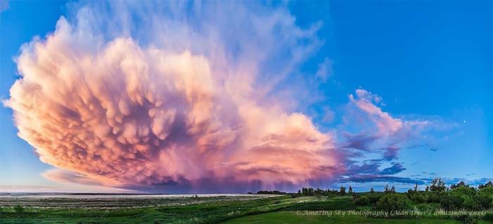 Отступающее грозовое облако на закате дня.