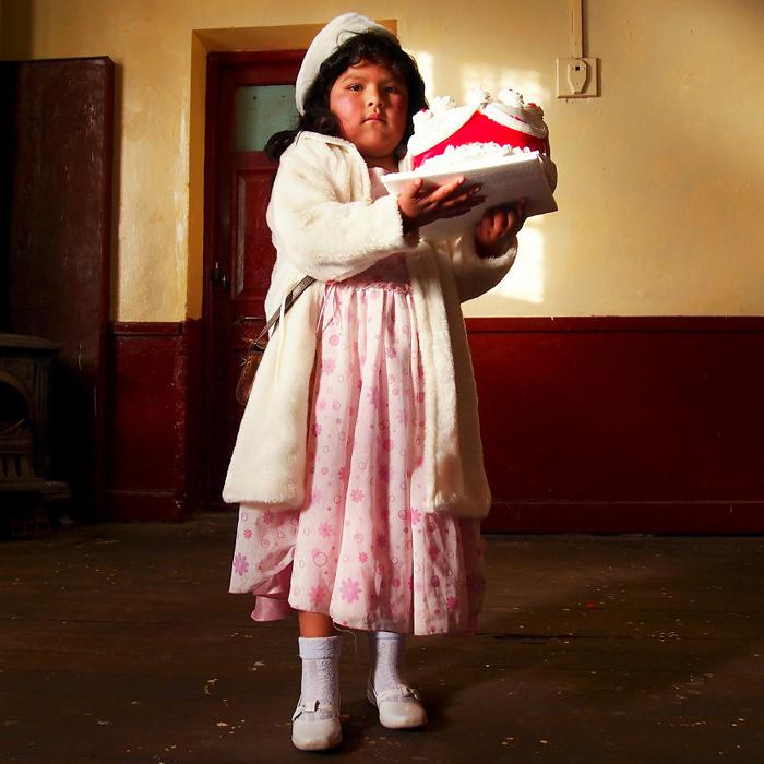 Лидия, готовящаяся к школьному балу (без родителей!). Уюни, Боливия.