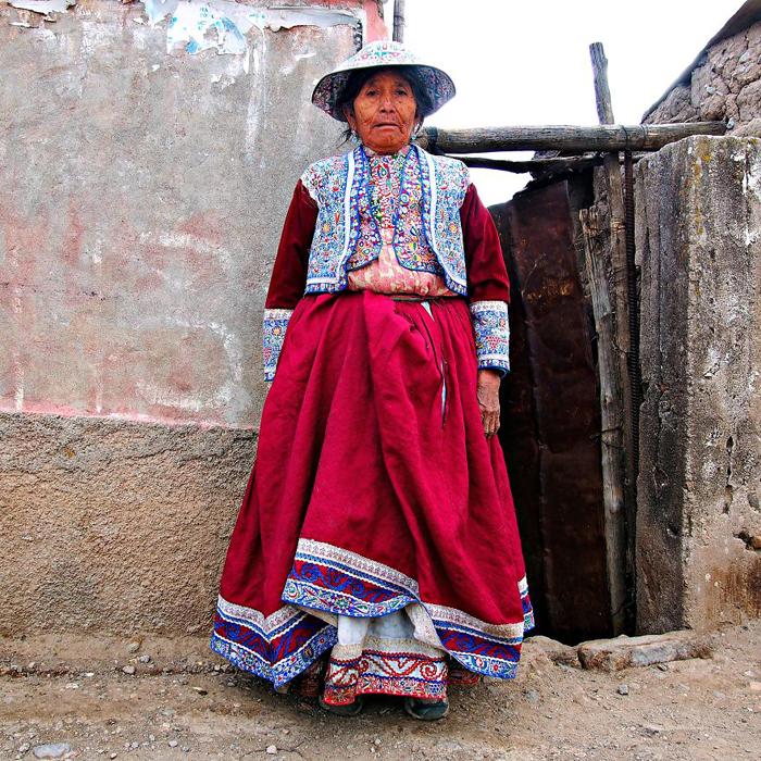 Мария, жительница села в своей обычной одежде. Каньон Колка, Перу.