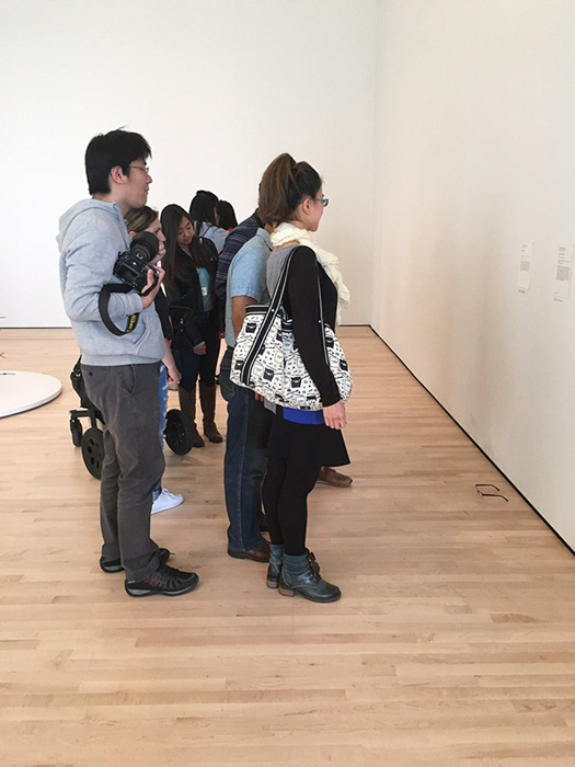 Посетители музея рассматривают *новый экспонат*.
