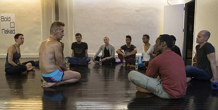 Обсуждение правил занятий в студии Bold & Naked.