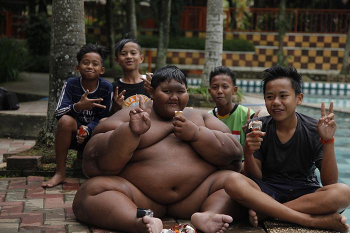 В прошлом году Арья Пермана был признан самым толстым мальчиком в мире.