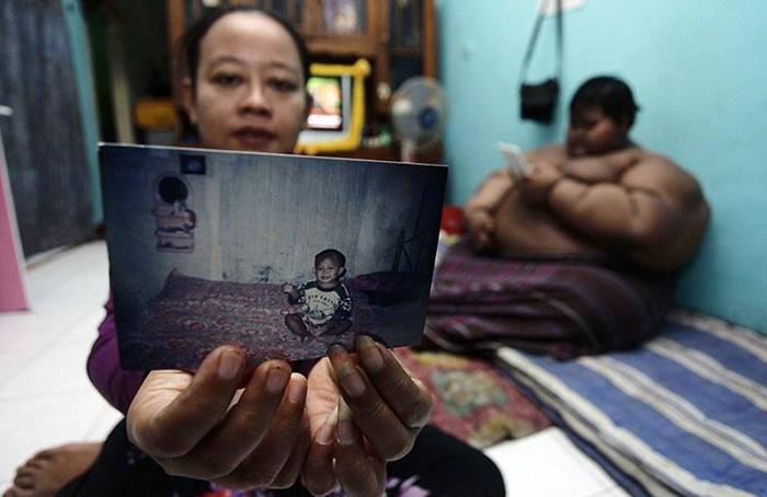 Мама Арьи показывает детскую фотографию сына.