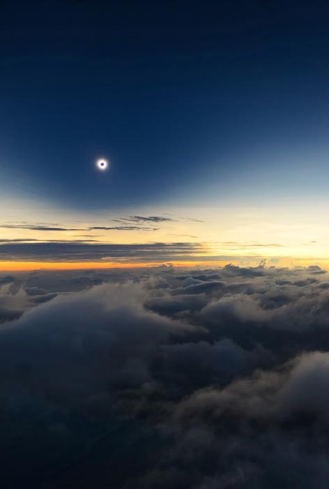 Полное затмение над облаками - Каталин Белдеа (Catalin Beldea) из Румынии.