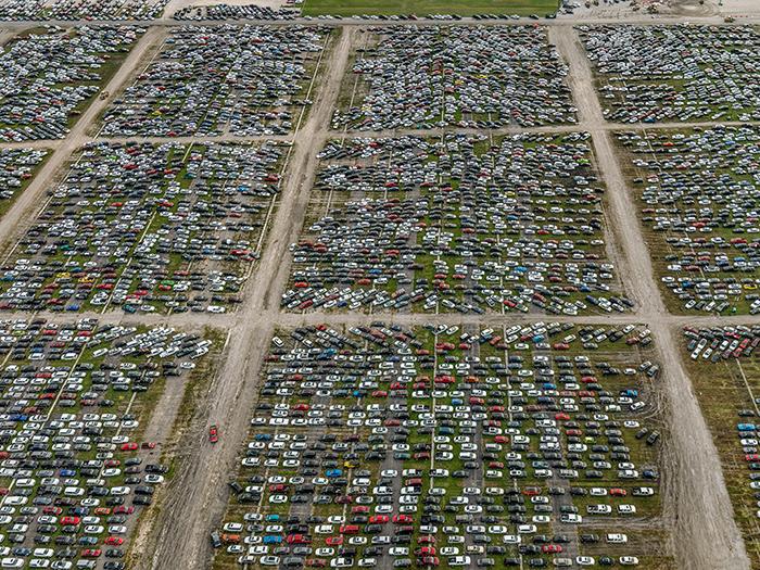 Поврежденные наводнением автомобили. Бейтаун, Техас, США, 2017 год.