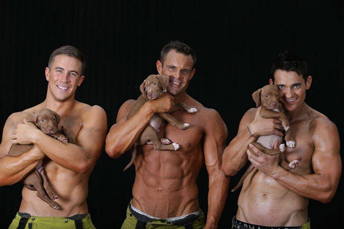Австралийские пожарные позируют для ежегодного календаря.