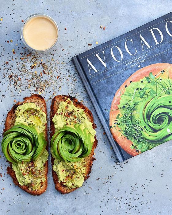 Книга про авокадо. Фото: Colette Dike.