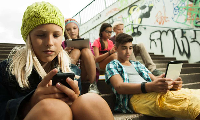 Во Франции запретили школьникам пользоваться мобильными телефонами.