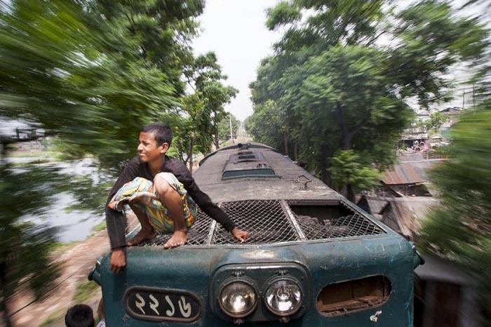 Мальчик, сидящий на крыше поезда.  Автор фото: GMB Akash.