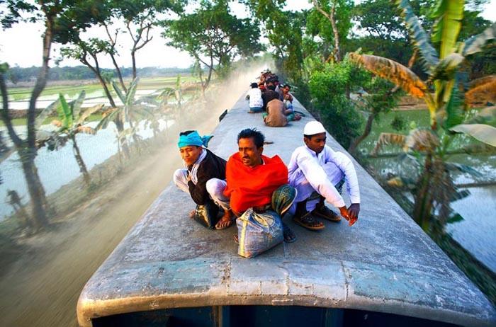 Обычно на крыше поезда совершенно не за что держаться. Автор фото: GMB Akash.