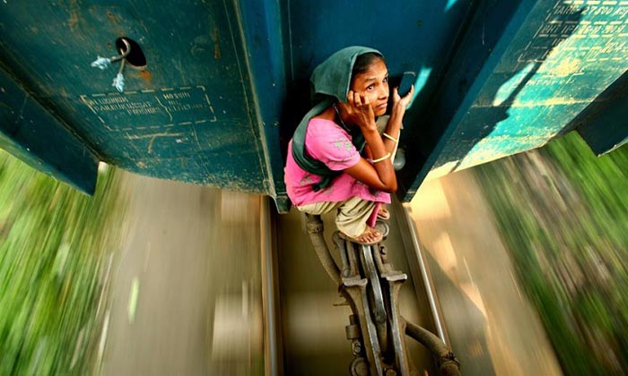 Женщина едет между вагонами. Автор фото: GMB Akash.