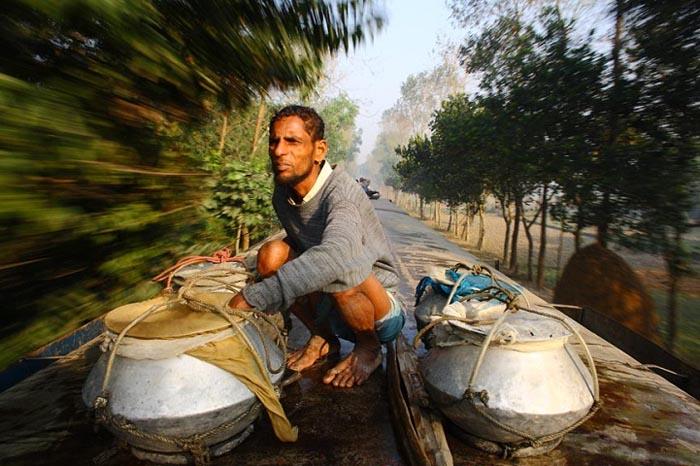 Рыбак, отправляющийся в город на крыше поезда. Автор фото: GMB Akash.