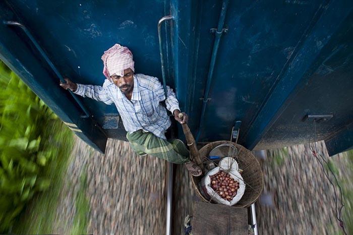 Фермер едет нелегально в большой город. Автор фото: GMB Akash