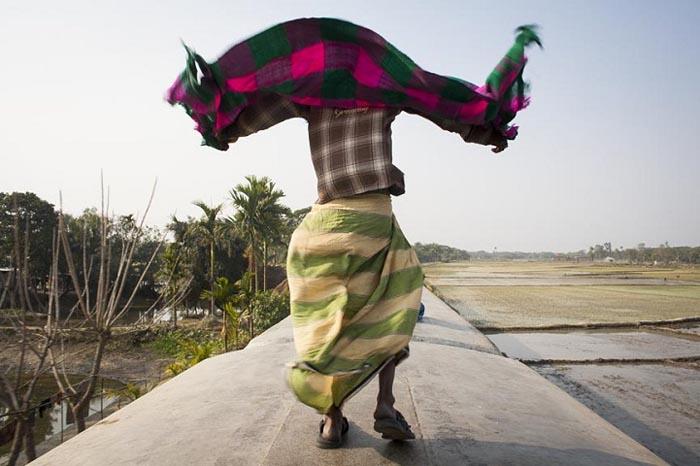 Поезд едет быстро, в любую секунду может просто сдуть ветром. Автор фото: GMB Akash.