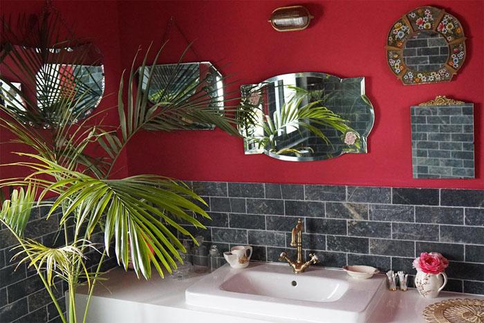 Многочисленные зеркала в номерах-люкс.