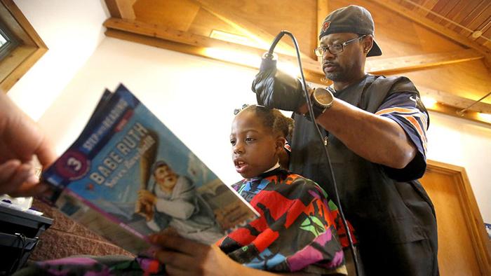 Кортни Холмс стрижет младшеклассников бесплатно, если они читают ему вслух.