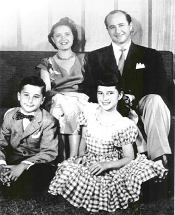 Рут и Эллиот Хэндлеры со своими детьми - Барбарой и Кеннетом.