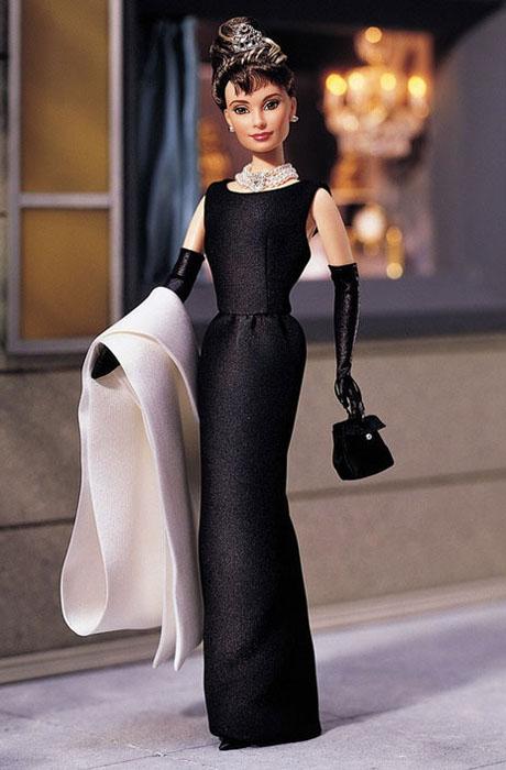 Кукла Одри Хепберн в образе Холли Голайтли из фильма *Завтрак у Тиффани*.