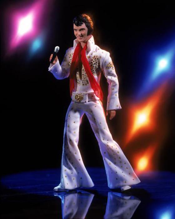 Кукла Элвиса Пресли в его знаменитом белом костюме была выпущена в 2001 году.
