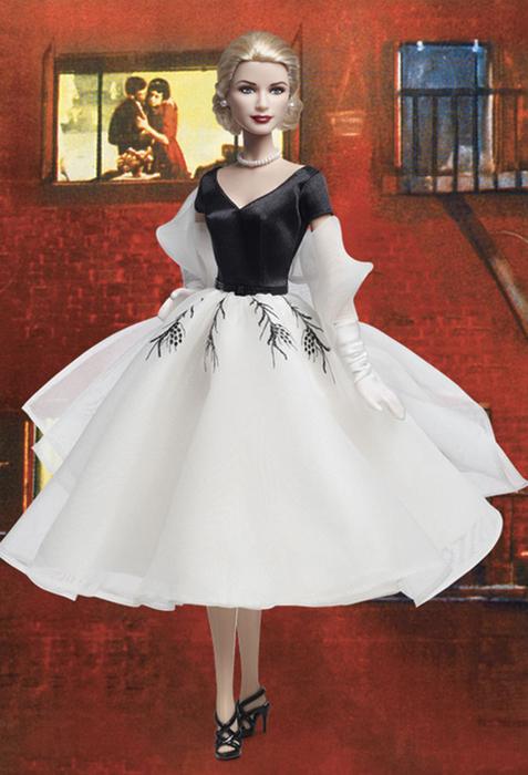 Кукла Грейс Келли в образе героини фильма Хичкока *Окно во двор*.