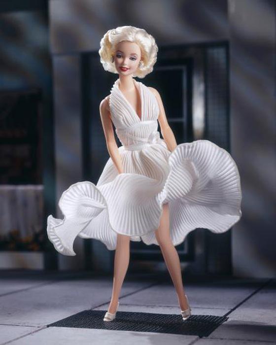 Кукла Мэрилин Монро одета в знаменитое *взлетающее платье* была выпущена в 1997 году.