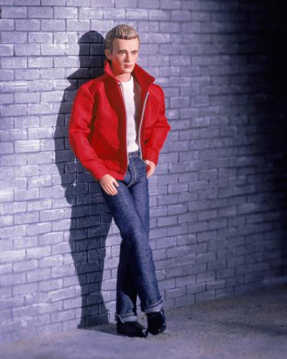 Кукла Джеймса Дина одета в знаменитую красную куртку из фильма *Бунтарь без причины*. Кукла выпущена в 2001 году.