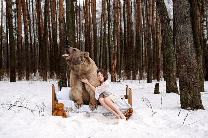 Грозный зверь и хрупкая девушка.  Фото: Ольга Баранцева.