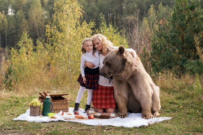 Ирина и маленькая Катя в компании со Степаном. Фото: Ольга Баранцева.