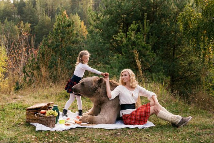 Бурый медведь без намордника участвует в фотосессии. Фото: Ольга Баранцева.