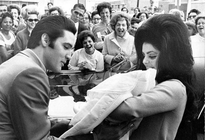 Элвис Пресли и Присцилла с дочкой в феврале 1968 года.