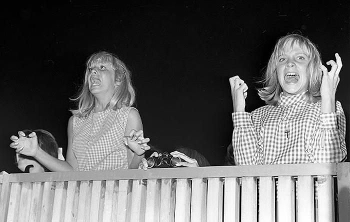 23 августа 1964г. Фанаты кричат во время концерта Beatles в зале Hollywood Bowl.