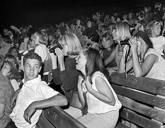 Фанаты группы во время концерта в  Hollywood Bowl.