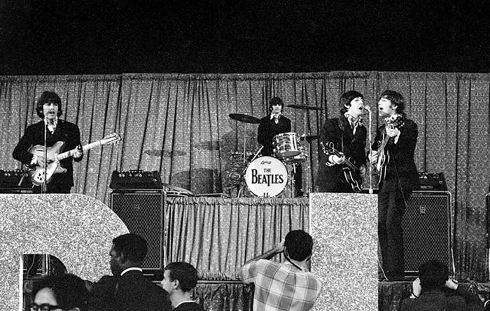 The Beatles выступают в Dodger Stadium.