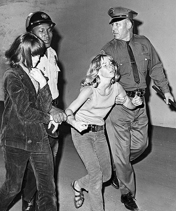 28 августа 1966г. Две девушки были арестованы после того, как они пытались взобраться на сцену во время выступления группы.