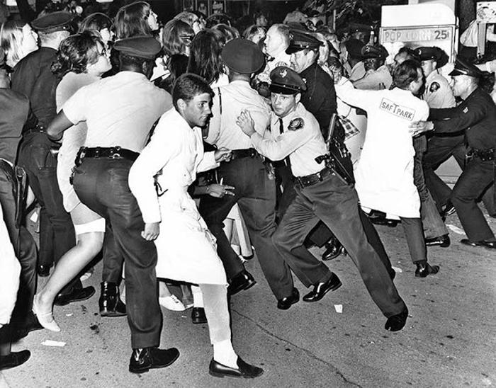 30 августа 1965г. Полиция и охрана пытаются остановить молодежь, которая жаждет добраться до музыкантов после концерта.