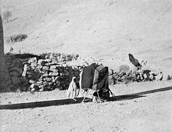 Бедуин разбивает тент. Палестина, ок.1900.