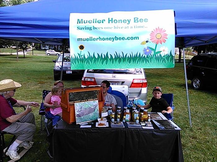 Эмили с семьей продает мед на местной ярмарке.