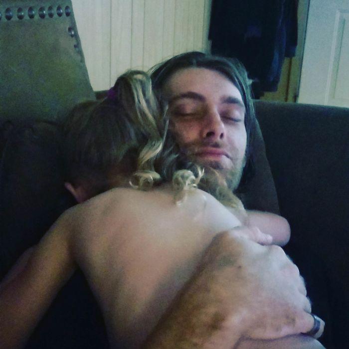 Последняя фотография моего мужа, обнимающего нашу старшую дочку.