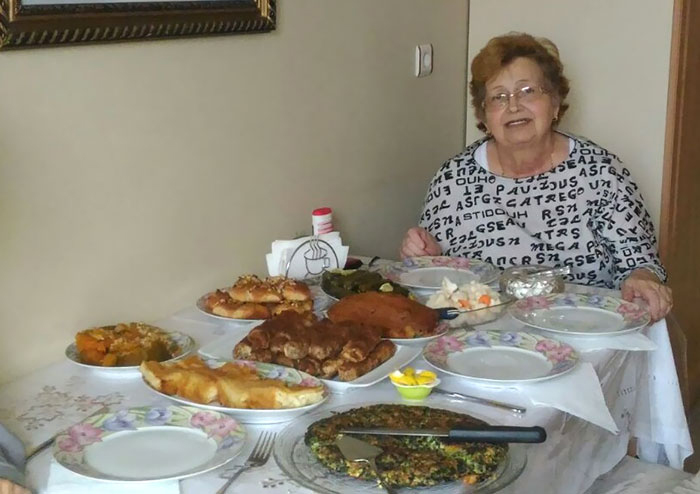 Моя бабушка за столом.