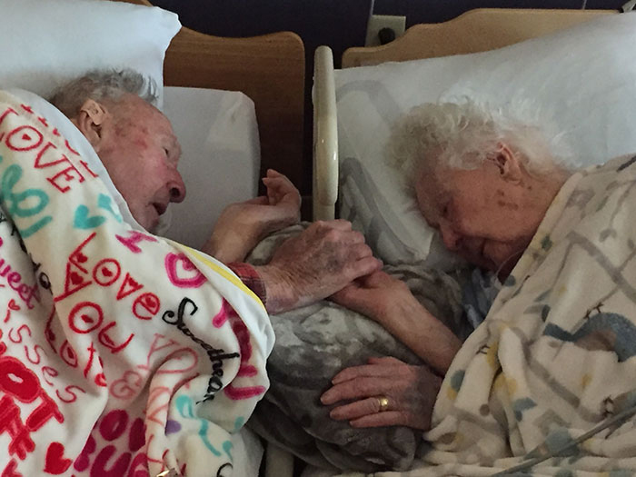 Моя 96-летняя бабушка с моим 100-летним дедушкой.