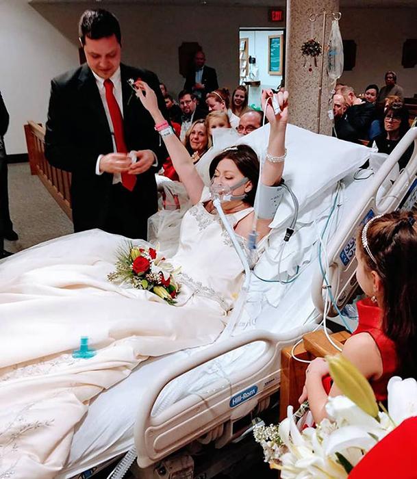 Девушка на собственной свадьбе в больнице.