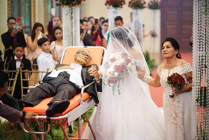Отец при смерти исполняет свое последнее желание - проводит дочь к алтарю во время ее свадьбы.