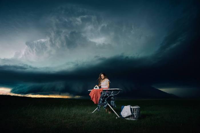 Джойс Суркало проехала 4 часа, чтобы позировать для этого снимка. Она принесла собственную одежду, утюг и она впервые была так близко к шторму.