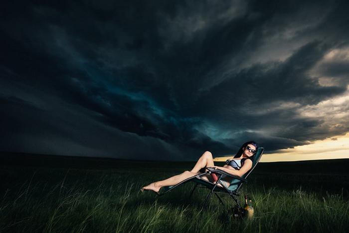 Керри Льюис принесла содержимое своего домашнего бара, а также кресло для пляжа и расположилась на фоне надвигающегося шторма в Южной Дакоте.