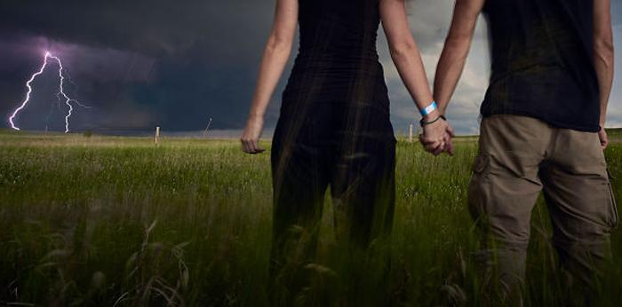 Бенджамин Фон Вонг (фотограф) и Анна Тенне позируют для быстрого селфи перед надвигающимся штормом с молниями в Вайоминге.
