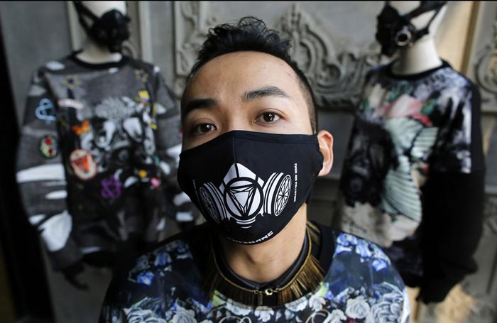 Zhang утверждает, что загрязнение воздуха в Китае является его главным вдохновением, а маски для лица, ровно как и надпись  *Fxxk Air Pollution* сделали его одежду узнаваемой и популярной.